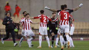 Jugadores y técnicos del Athletic celebran el triunfo en la...