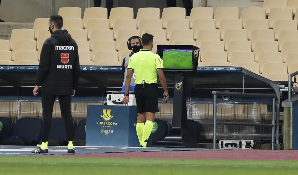 Gil Manzano repasa en el monitor la agresión de Leo Messi a...