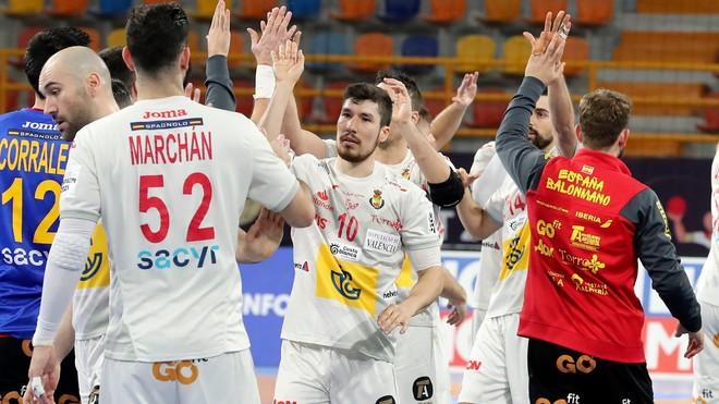 Los jugadores españoles celebran la victoria ante Polonia /