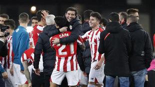 Marcelino se abraza con Capa.