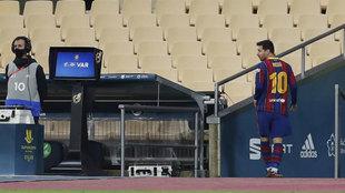 Leo Messi, retirándose tras ver la tarjeta roja