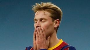 De Jong se lamenta durante el partido.
