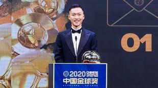 Wu Xi posa con el Balón de Oro tras recibir el premio que le...