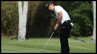 Kevin Na tira un putt en la última jornada del Sony Open.