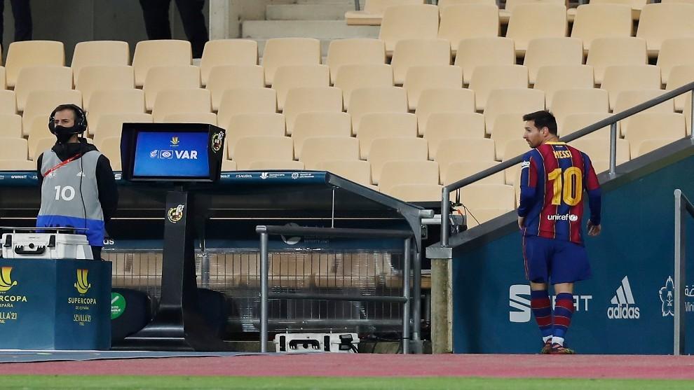 Messi abandona el césped del Estadio La Cartuja