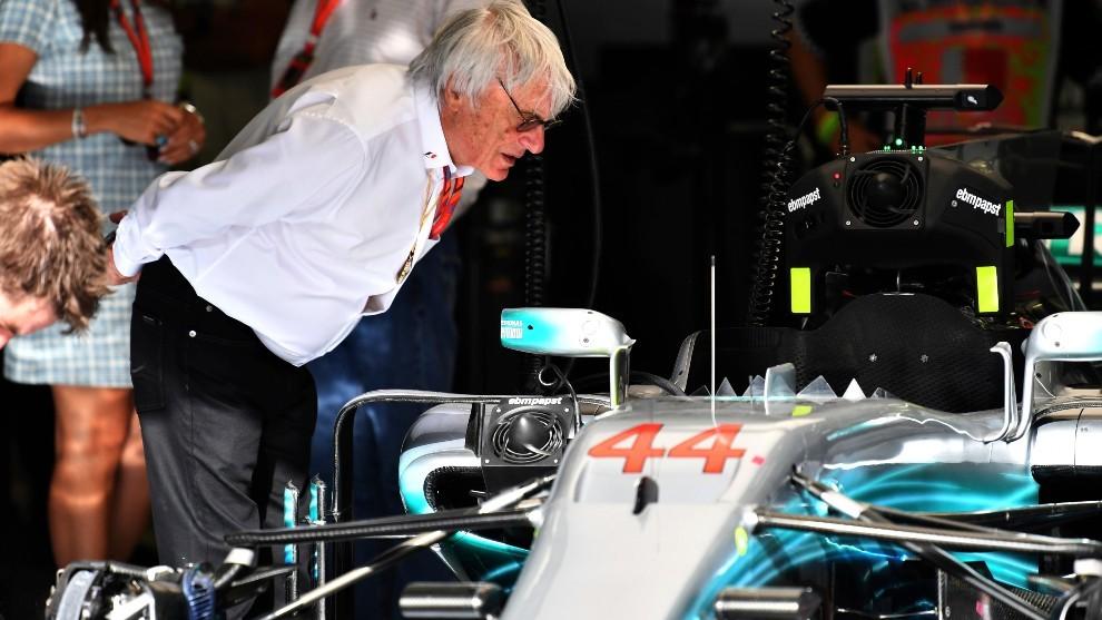 Bernie Ecclestone mira el coche de Lewis Hamilton.