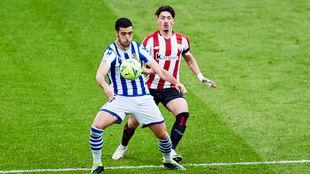 Merino protege el balón ante Vencedor, en el derbi contra el...