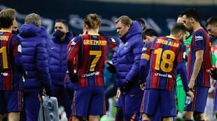 Varios jugadores del Barcelona y Koeman durante un descanso en La...
