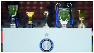 El Inter exhibe la 'Supercoppa', el 'Scudetto', el...