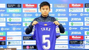 Take Kubo, con la camiseta del Getafe en su presentación.