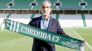 Pablo Alfaro posa con una bufanda del Córdoba en el Nuevo Arcángel