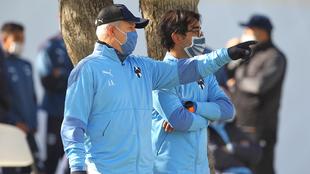 Javier Aguirre en entrenamiento con Rayados.