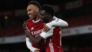 Aubameyang y Saka celebran uno de los goles del Arsenal.