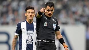 El árbitro Jorge Antonio Pérez tuvo una actuación polémica en el...