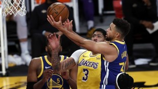 Curry se dispone a culminar una entrada ante la mirada de Anthony...