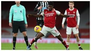 Thomas Partey protege el balón ante el Newcastle.