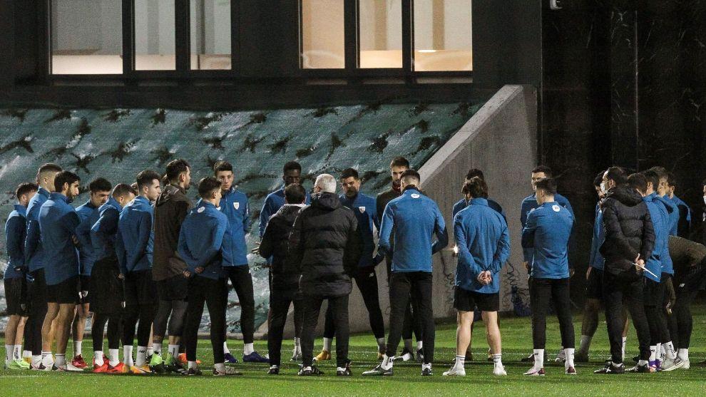 Marcelino se dirige a sus jugadores en el primer entrenamiento tras...