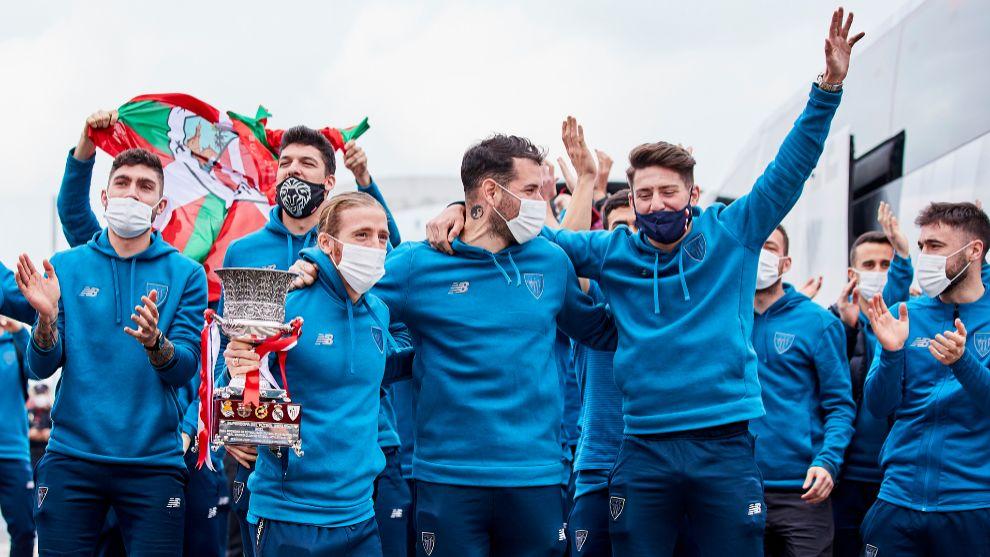 Los jugadores del Athletic celebran el título de Supercopa nada más...