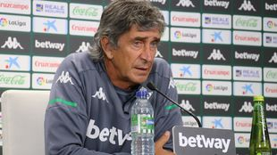 El técnico verdiblanco Manuel Pellegrini (67).