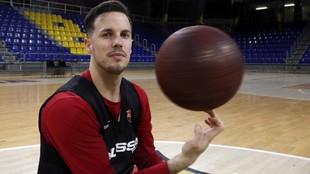 Heurtel posa con un balón en el Palau blaugrana en un reportaje con...