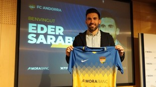 Sarabia posa con la camiseta del Andorra.