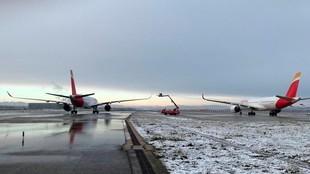 Aviones, rodeados de nieve, en el aeropuerto de Barajas. EFE