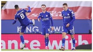 James Maddison celebra un gol en presencia de los belgas Castagne y...