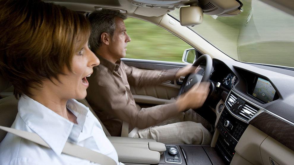 Mejor baja la velocidad y sepárate del coche que te precede para...