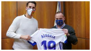 Álex Alegría posa con la camiseta del Real Zaragoza.