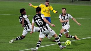 Alberto Perea ensaya su gol ante la presión de la zaga granoya.