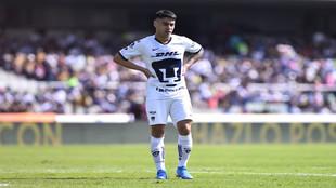 Felipe Mora en un juego con los Pumas.