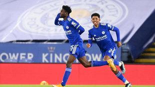 Ndidi celebra su gol al Chelsea.