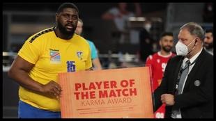 El pivote congolés Mvumbi recibe el premio de MPV del partido ante...