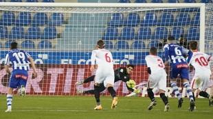 Bono le detiene un penalti a Joselu.