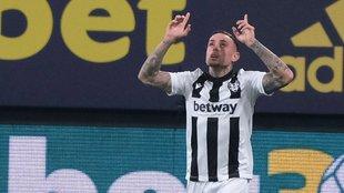 Roger celebra uno de los goles que marcó al Cádiz en el Carranza.