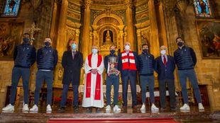 Los capitanes, Iribar, Elizegi y el vicepresidente Martínez con el...