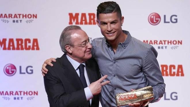 Cristiano Ronaldo abraza a Florentino en el acto de entrega del MARCA...