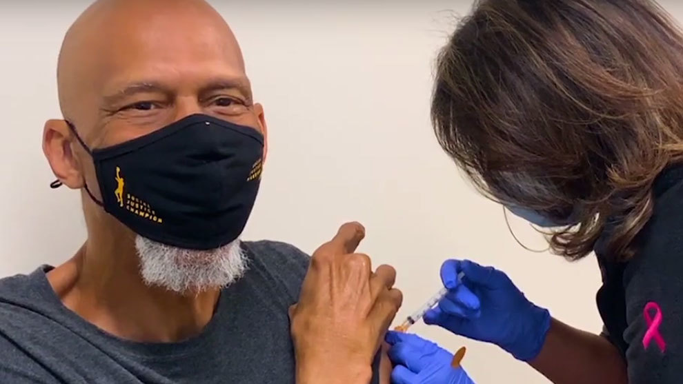 Kareem Abdul-Jabbar en el momento de recibir la vacuna