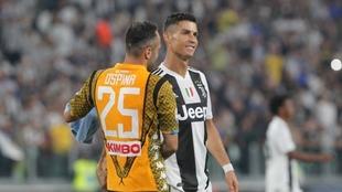 Ospina y Cristiano se saludan durante un Juventus-Napoli.