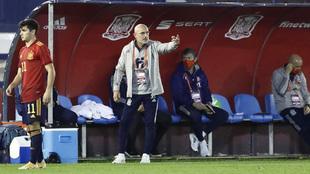 Luis de la Fuente durante un partido de la selección.