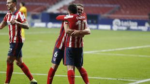 Koke abraza a Correa.