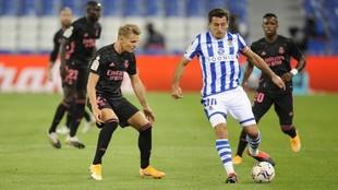 Martin Odegaard y Mikel Oyarzabal, pelean por un balón por el partido...
