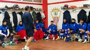 Salva Ballesta durante una charla en el vestuario del Algeciras