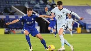 Kai Havetz pelea por un balón con Evans del Leicester en un partido...
