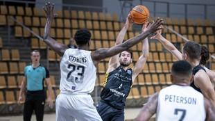 Bruno Fitipaldo busca un pase entre la defensa del Bakken Bears.