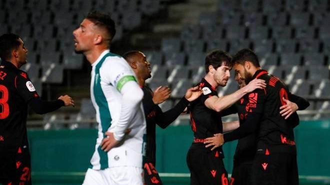 Los jugadores de la Real Sociedad felicitan a Willian José tras uno...