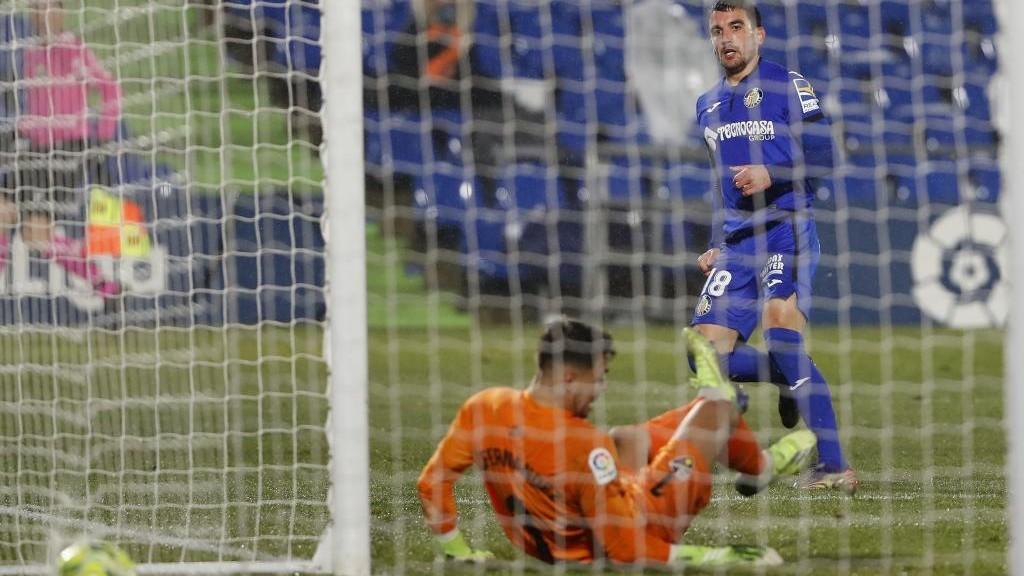 Momento en el que Arambarri marca el gol del Getafe.