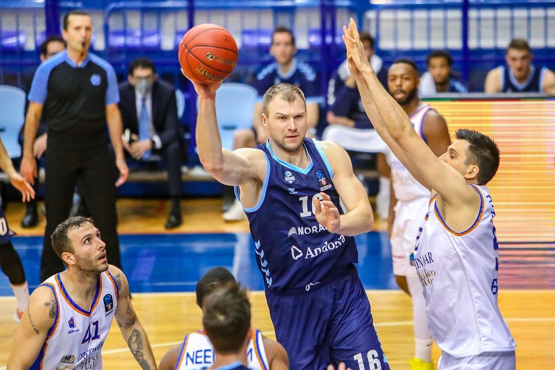 Artsiom Parakhouski busca un pase entre tres jugadores del Mornar Bar.