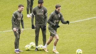 Saúl durante el entrenamiento del Atlético con Savic y Trippier.