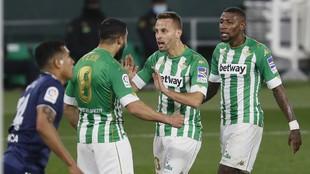 Canales y Fekir, celebrando un gol